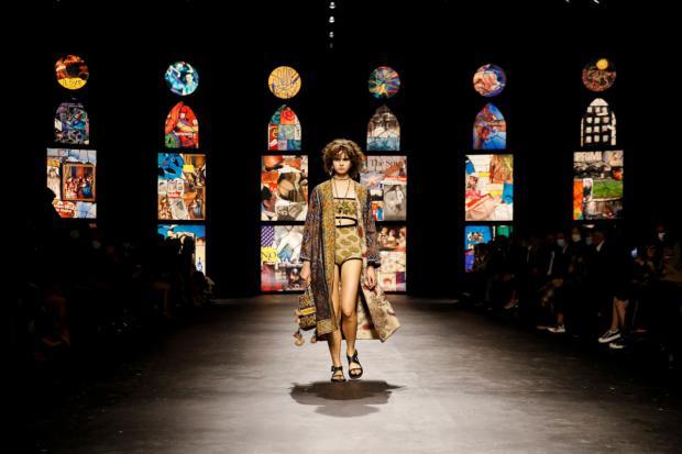 Dior regresa al New Look en la pasarela de París