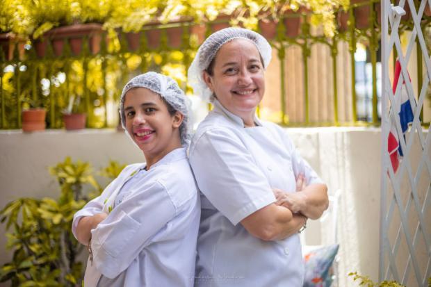 Madre e hija trabajan en equipo para preparar los productos de la marca.