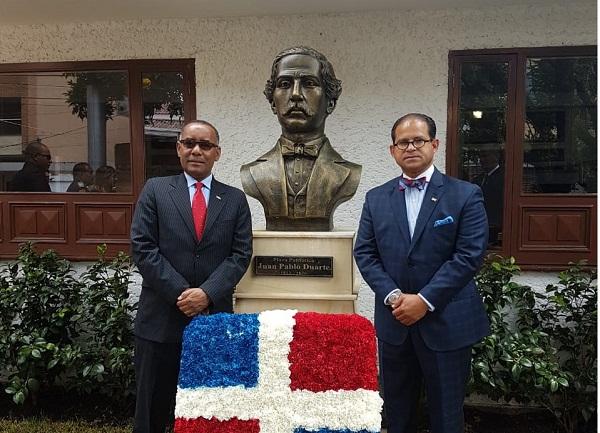 Tomas Roa, Ministro Consejero y Juan Gilberto Núñez, posan junto al busto de Duarte recién instalado.