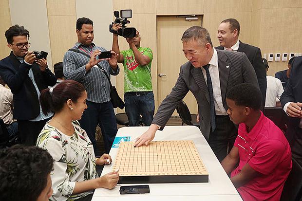 Embajador de Corea, Byung-Yun Kim junto a jugadores de Baduk.