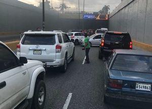 Vehículo se incendia en túnel de Las Américas.