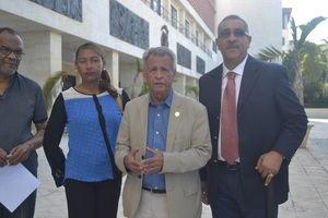 Enrique de León, junto a otros miembros del Comité Nacional de Lucha Contra el Cambio Climático, CNLCC, anunció esta mañana a la prensa que la entidad solicitó a la Cámara de Diputados que conozca en vistas públicas el contrato de la empresa Apache Corporation.