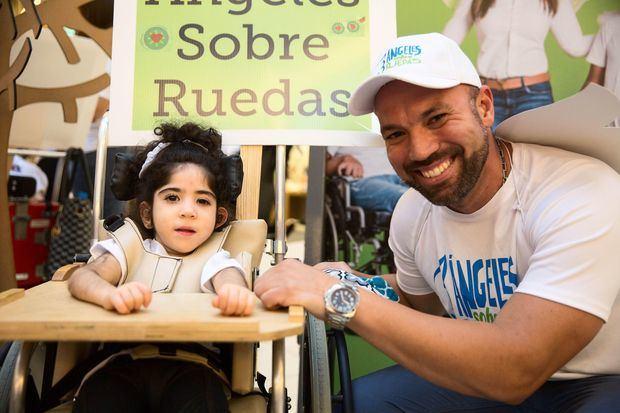 Una de las niñas con parálisis cerebral de la Fundación Nido para Ángeles y uno de sus facilitadores.