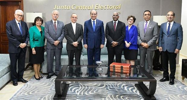 Miembros de la JCE y representantes de universidades.
