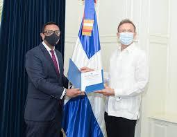 Álvarez recibe copias de estilo del embajador designado del Reino Unido de Gran Bretaña e Irlanda del Norte.