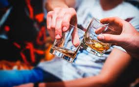 Beber alcohol no mata el coronavirus, dice la OMS tras intoxicaciones masivas