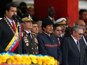 Acompañado de los jefes de Estado de Cuba, Raúl Castro, y Bolivia, Evo Morales.