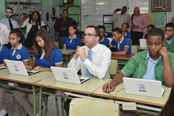 Andrés Navarro lleva República Digital a escuelas del barrio Los Guandules