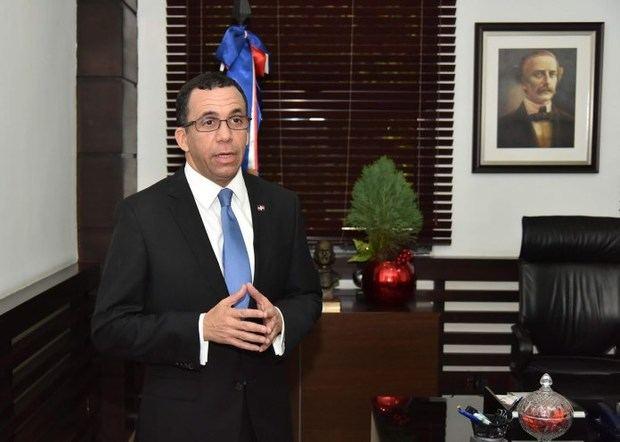 """Navarro llama funcionarios a contribuir con la """"revolución educativa"""""""