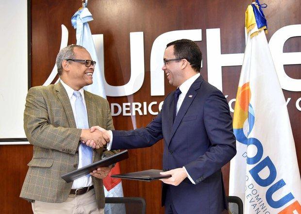 Navarro firma acuerdo con CODUE para que Colegios Evangélicos pasen al Sector Público