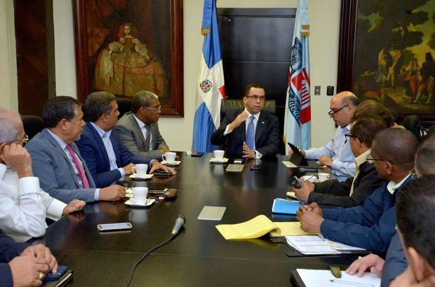 Navarro encabezó una primera reunión con los directores generales de los organismos que componen la comisión de emergencia.