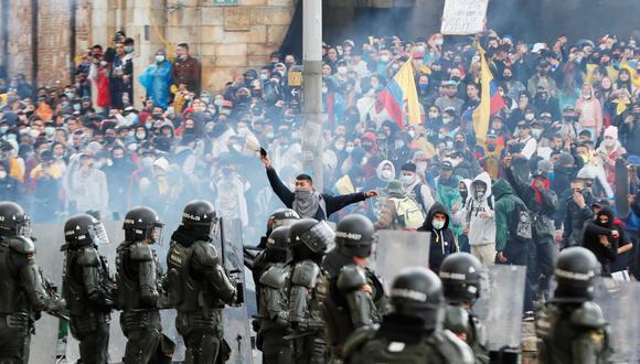 Manifestantes se enfrentan a la policía de Colombia durante una protesta en la Plaza de Bolívar de Bogotá en contra de la reforma fiscal del presidente Iván Duque.