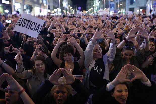 Los españoles salen a la calle por la igualdad con los partidos divididos