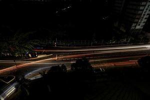 Cae la noche del lunes y Caracas está convertida en una boca de lobo. Han transcurrido más de cuatro horas de otro apagón generalizado que dejó sin funcionar sus semáforos y el sistema de transporte subterráneo. Según la versión oficial se trata de un nuevo 'ataque electromagnético'.