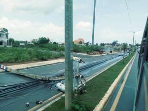 Empresa Distribuidora de Electricidad del Este (Edeeste) informó que un ventarrón derribó once postes del tendido eléctrico.