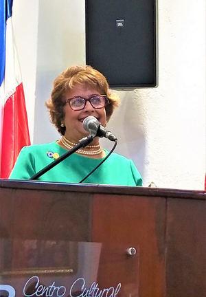 Verònica Senciòn, gestora culural durante su exposiciòn.