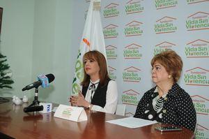 Yanira Fondeur de Hernández presidenta y Mildred de Sánchez Noble, secretaria.