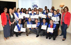 Oly Bruno, Gerente de Mercadeo y Comunicaciones del Banco Vimenca y Celestina Sánchez, facilitadora, juntos a los graduados.