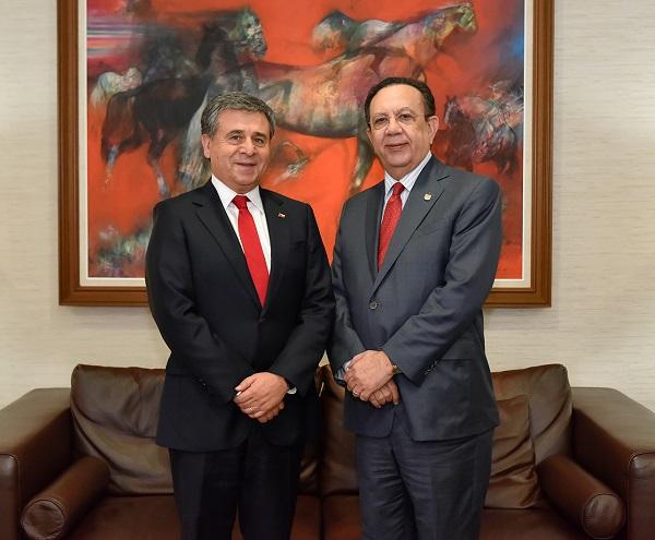 El embajador de Chile, Romilio Gutiérrez Pino, y el gobernador del BCRD, Héctor Valdez Albizu.