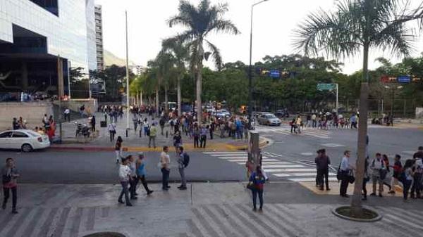 Personas fuera de sus lugares de trabajo luego del temblor