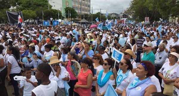 Centenares de dominicanos se manifiestan contra el aborto frente al Congreso