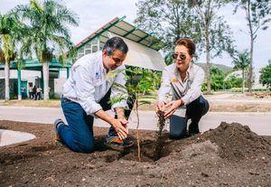 Ministro Jorge Mera destacó las iniciativas desarrolladas por Melba Segura de Gruñón, quienes sembraron árboles en procura de la conservación del medio ambiente.