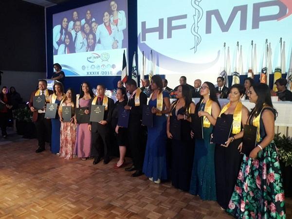 Hospital Moscoso Puello entrega al país 33 especialistas de la medicina