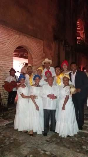 El embajador Enrique Cadena Suasnavas, junto al grupo de danza  ecuatoriano.