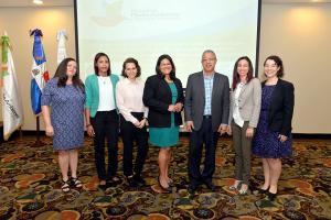 Funcionarios del Ministerio de Medio Ambiente y Recursos Naturales y la Fundación Reservas