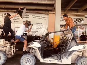 Bryan  Mena durante una de sus sesiones fotográficas, en esta ocasión al artista venozolano, Chyno Miranda.