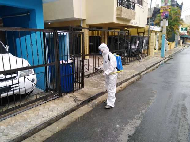 Brigada ADN desinfectando las calles.