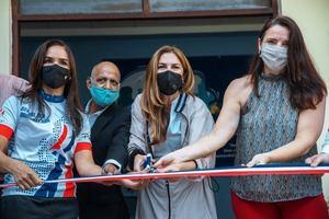 Carolina Mejía realiza el corte de cinta de las nuevas instalaciones.