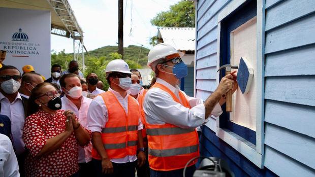 """el Presidente Luis Abinader y el Instituto Nacional de la Vivienda (INVI) lanzó un ambicioso programa de reconstrucción de viviendas denominado """"Plan Dominicana se Reconstruye""""."""