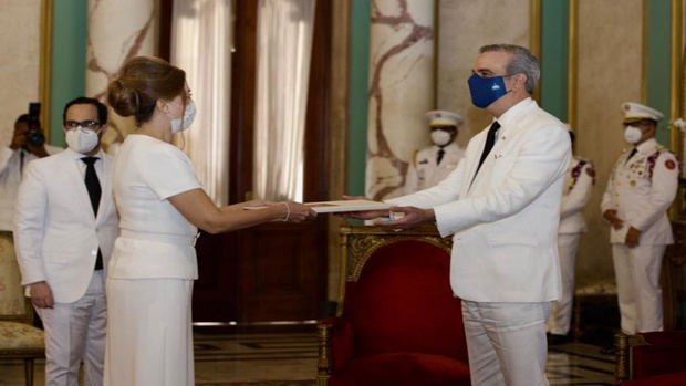 Abinader recibe las cartas credenciales de embajadores de Panamá y Turquía