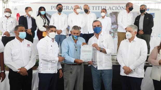 Presidente Abinader entrega 460 títulos de propiedad en beneficio de 1,800 personas de los Almácigos