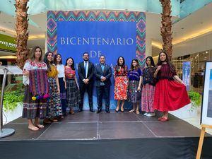 El embajador Rudy Coxac y su esposa Rossy Rivera (al centro).junto a invitados.