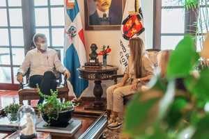 Carolina Mejía ADN y  Encargado de Negocios de la Embajada de los Estados Unidos.