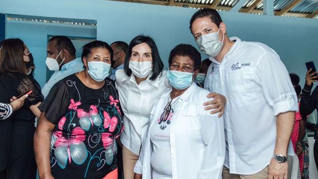 Primera dama y el director del INVI entregan viviendas a familias damnificadas de incendio en Pimentel