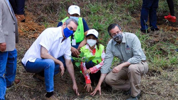 Presidente Abinader junto al ministro de Medio Ambiente, Orlando Jorge Mera.