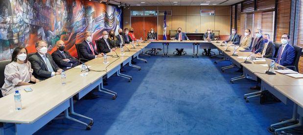 Valdez Albizu se reunió con la directiva de la Asociación de Bancos Múltiples de la República Dominicana (ABA)