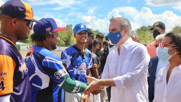 Gobierno dispone arreglo de canchas deportivas en Montecristi para alejar a jóvenes de los vicios