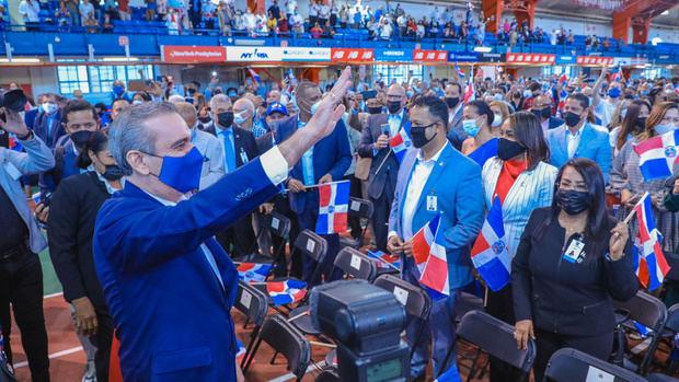 Presidente Abinader juramenta 1,200 jóvenes nacidos en el exterior, de padres dominicanos.