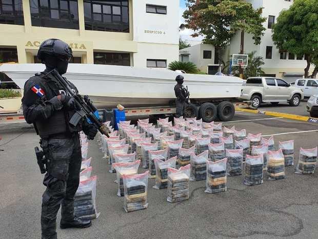 Detenidos 7 hombres que transportaban 463 paquetes de cocaína en dos lanchas