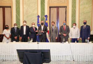 Presidente Abinader promulga ley que otorga incentivos fiscales para impulsar la competitividad e innovación industrial.