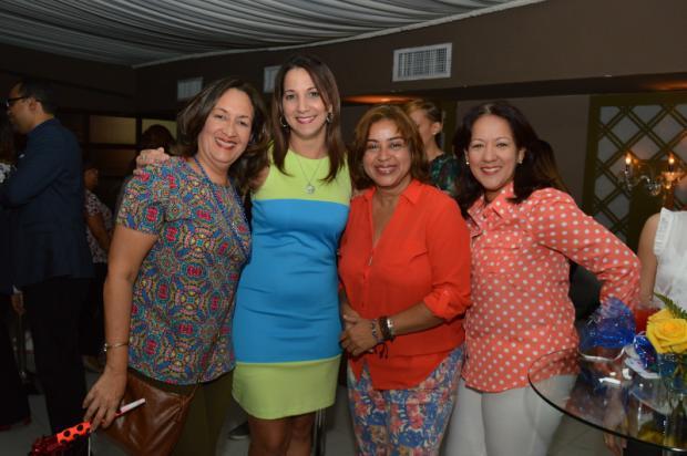 Zobeida Ramírez al centro junto a invitadas