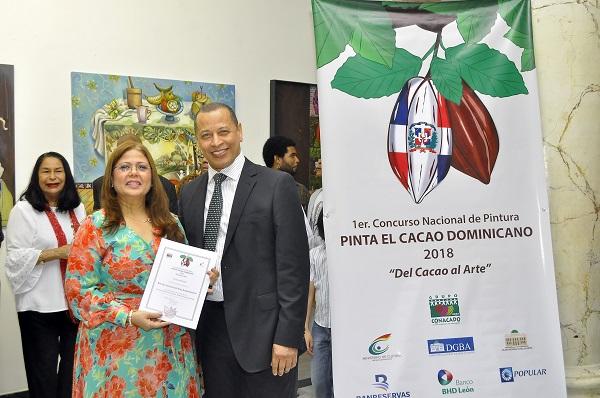 Brenda Pérez de Suero, primer lugar entrega el premio Isidro de la Rosa.