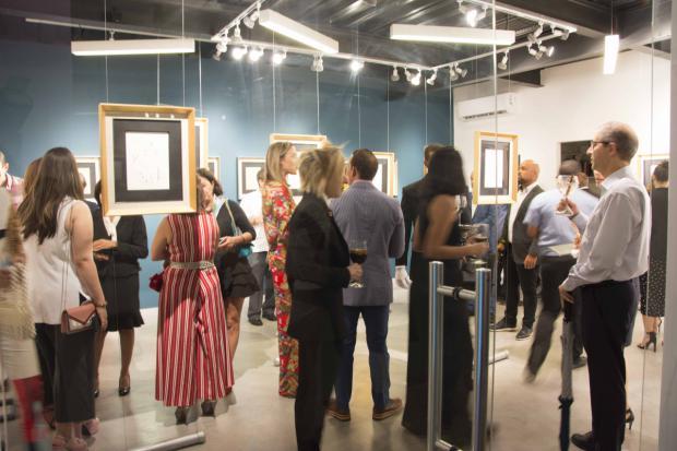 """Público que asistió a la inauguración de la exposición """"La poética del gesto"""", de Iván Tovar."""