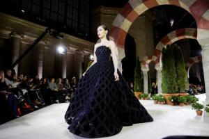 Feminidad aflorada y texturas en el desfile neoyorquino de Oscar de la Renta