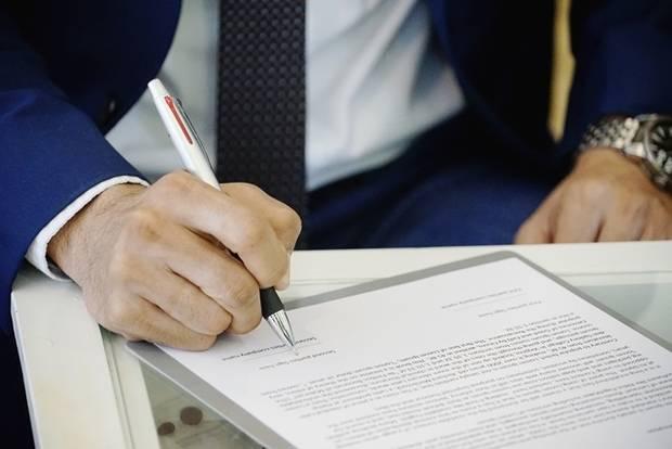 Firma de documento.