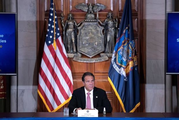 Fotografía cedida por la Gobernación de Nueva York donde aparece su gobernador Andrew Cuomo mientras habla este viernes durante su rueda de prensa diaria en Albany, Nueva York (EEUU).